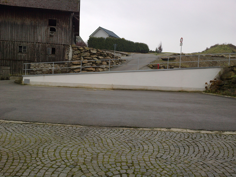 Mauer mit Natursteinen